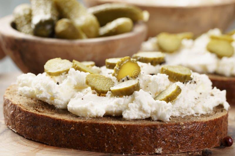 Bocadillos con pan de centeno, queso cremoso y pepinos adobados fotos de archivo libres de regalías