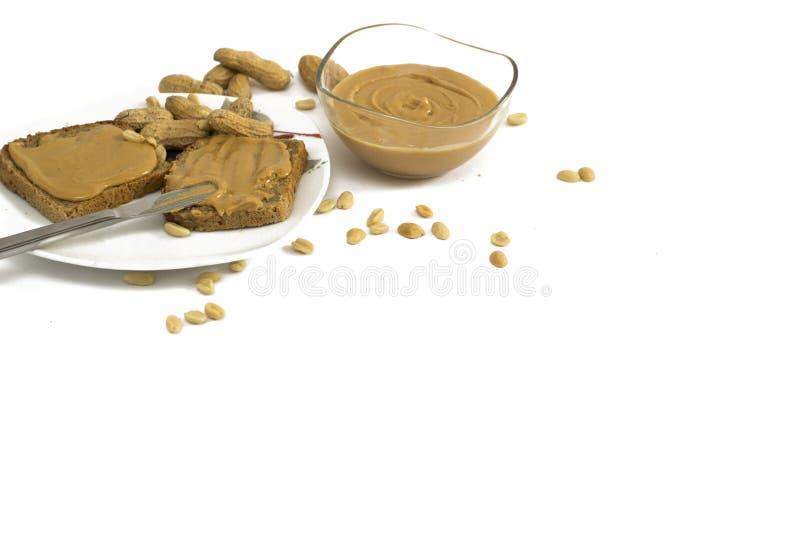 Bocadillos de la mantequilla de cacahuete en la placa aislada en blanco fotografía de archivo libre de regalías
