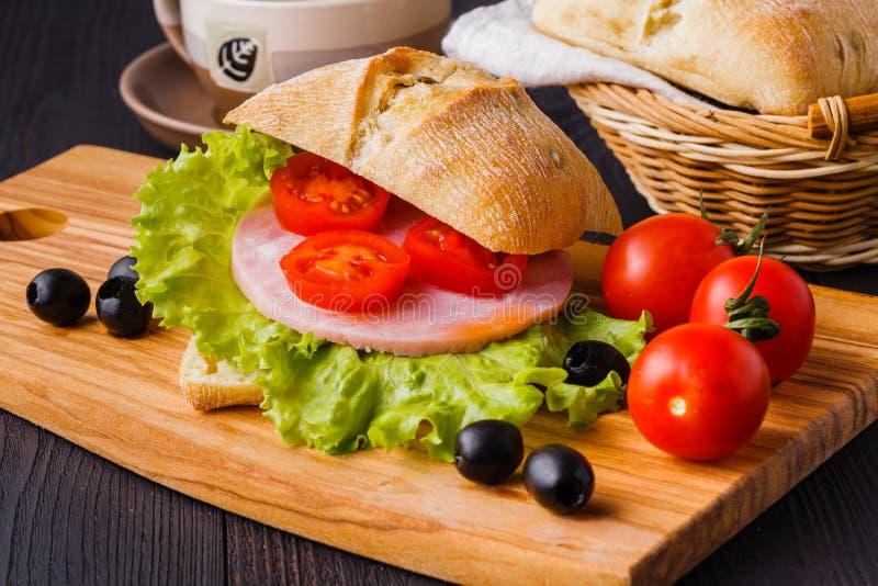 Bocadillos de Panini con los tomates y el jamón frescos de la mozzarella y de prosciutto, cocina italiana imagenes de archivo