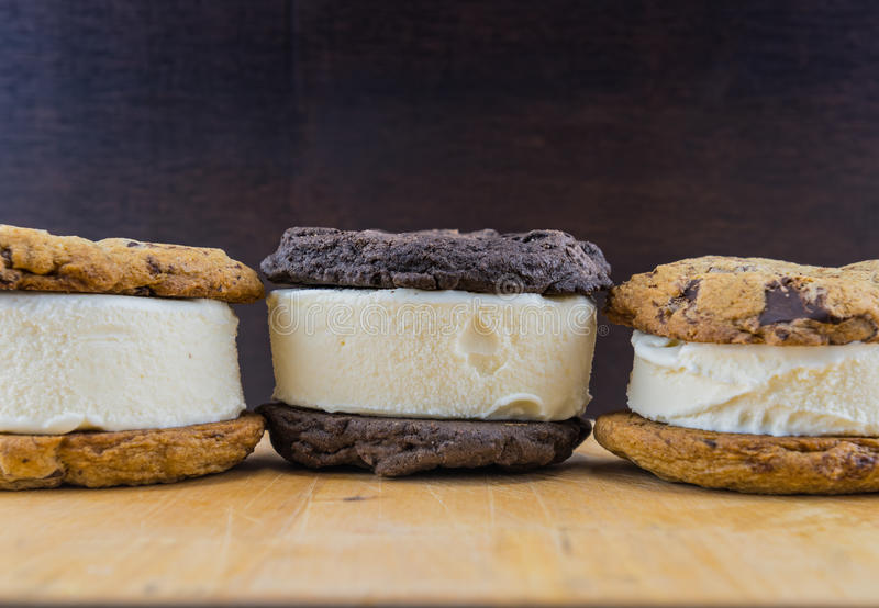 Bocadillos del helado en la tabla de madera imagen de archivo libre de regalías