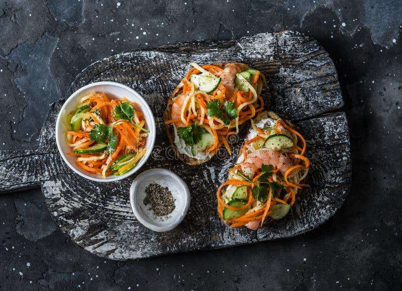 Bocadillos del MI del banh del camarón en la tabla de cortar de madera rústica en un fondo oscuro, visión superior Verduras rápid imagenes de archivo