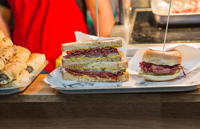 Bocadillos del Pastrami y de la carne en lata en contador del almuerzo imagen de archivo