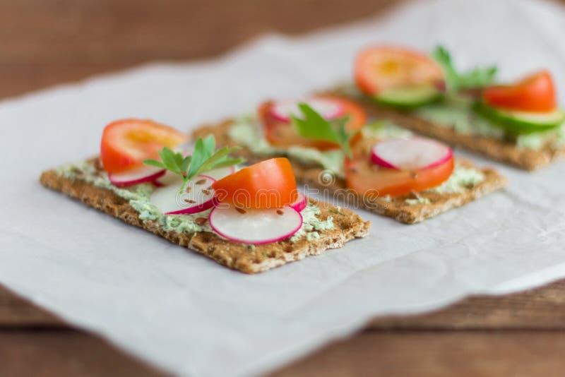 Bocadillos deliciosos de la dieta con requesón con las hierbas y las verduras, primer, foco selectivo fotografía de archivo libre de regalías