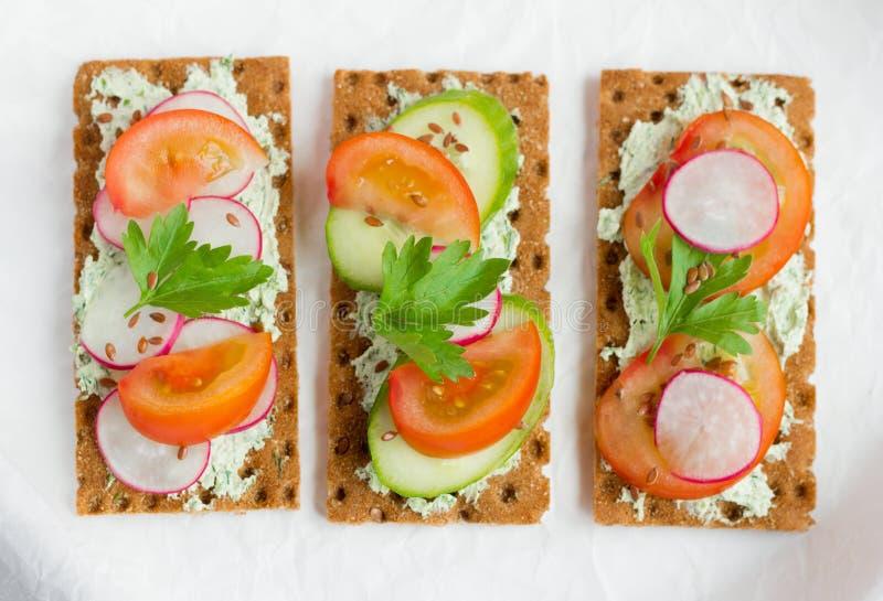 Bocadillos deliciosos de la dieta con reques?n con las hierbas y las verduras en un fondo blanco imagen de archivo libre de regalías