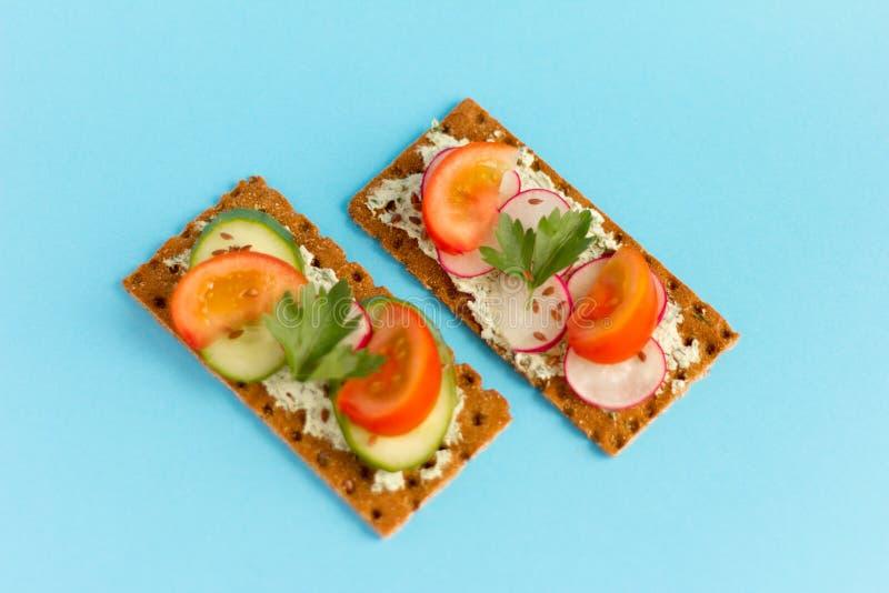 Bocadillos deliciosos del verano con reques?n con verdes y verduras en un fondo azul fotos de archivo libres de regalías