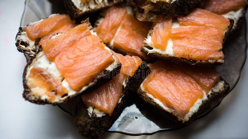 Bocadillos frescos deliciosos con mantequilla y pescados rojos fotografía de archivo