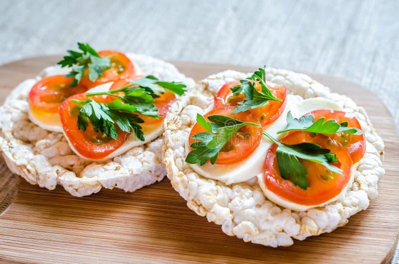 bocadillos Gluten-libres con la mozzarella y los tomates fotos de archivo libres de regalías