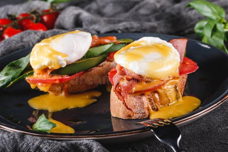 Bocadillos sanos del desayuno Tostadas del pan con los huevos escalfados o los huevos Benedicto, verduras frescas, aguacate, salm imágenes de archivo libres de regalías