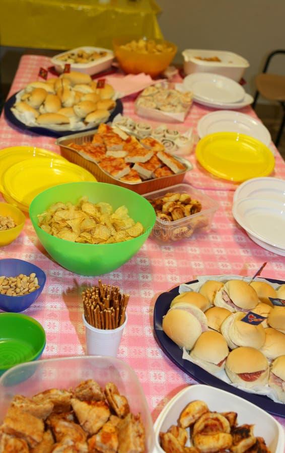 Bocadillos y comida salada en la tabla durante la fiesta - Comidas para un cumpleanos ...