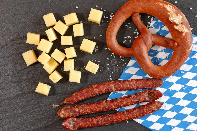 Bocado bávaro con los pretzeles queso y galletas fotografía de archivo