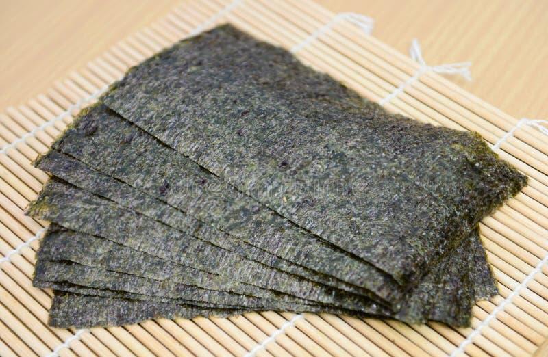 Bocado de la alga marina en la estera de bambú imágenes de archivo libres de regalías