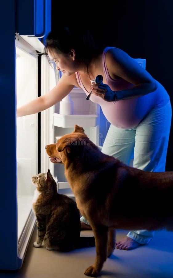Bocado de medianoche de la mujer embarazada imagenes de archivo