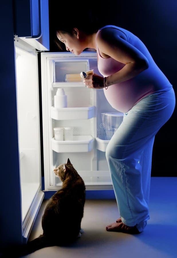 Bocado de medianoche de la mujer embarazada foto de archivo libre de regalías