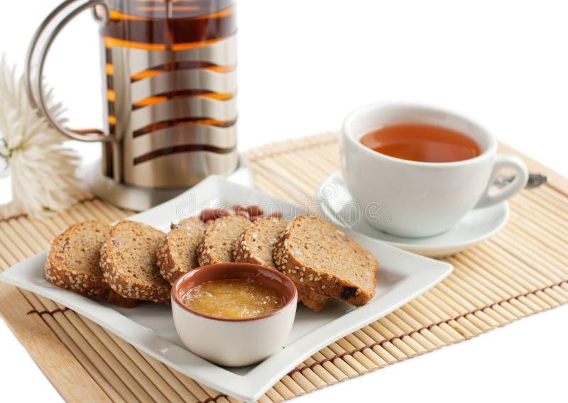 Bocado del pan del té y de maíz con la miel y las tuercas fotos de archivo