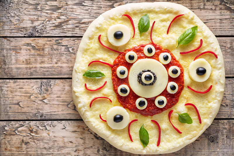 Bocado divertido del margherita de la pizza del monstruo del ojo de la comida asustadiza de Halloween con queso de la mozzarella foto de archivo