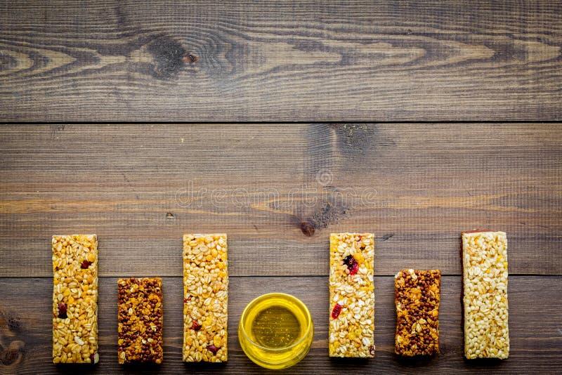 bocado dulce Barras de Granola en espacio de madera de la copia de la opinión superior del fondo fotografía de archivo libre de regalías