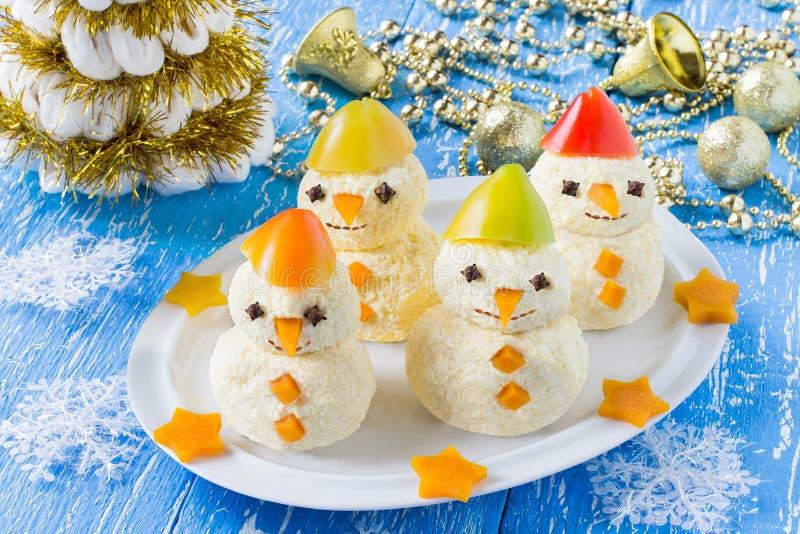 Bocado en la forma de muñecos de nieve para la Navidad fotografía de archivo libre de regalías