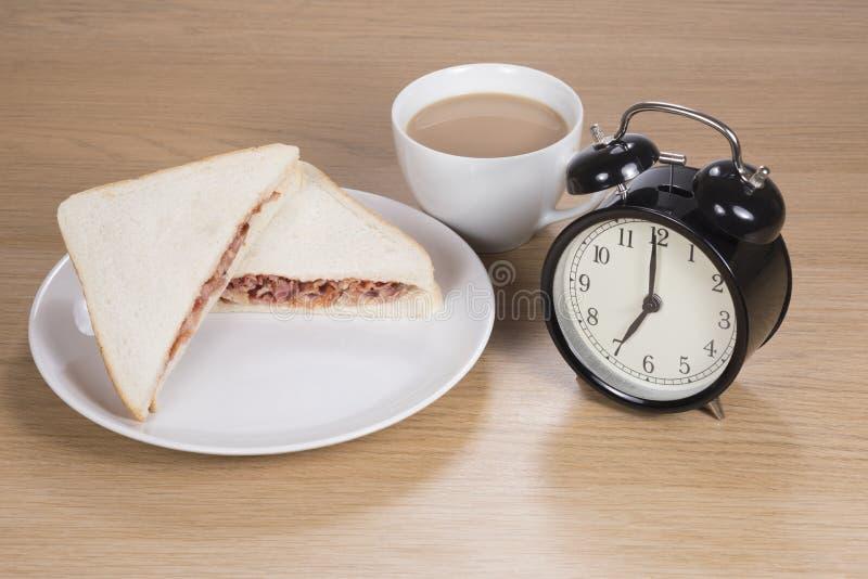 Bocado rápido del desayuno antes de ir a trabajar fotografía de archivo