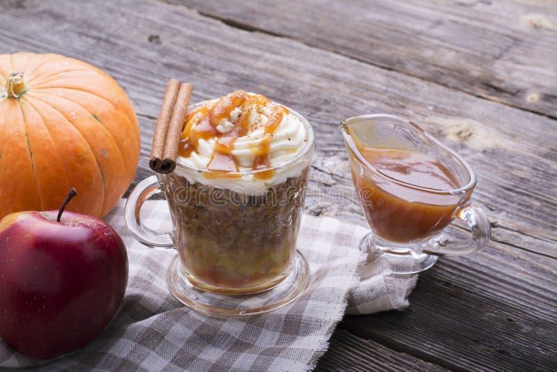 Bocado rápido del desayuno durante unos minutos en la microonda Empanada de manzana tradicional en taza con crema azotada rápidam foto de archivo