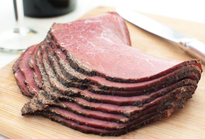 Bocado rebanado de la carne de vaca de la tienda de delicatessen foto de archivo libre de regalías