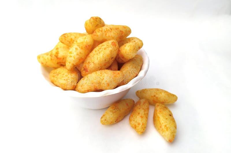Bocados amarillos para comer para los niños en el cuenco blanco fotografía de archivo