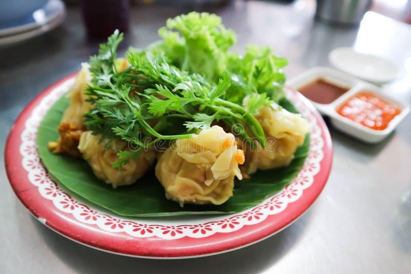 Bocados chinos, pasta del arroz que incluye la carne picadita fotografía de archivo