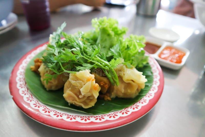 Bocados chinos, pasta del arroz que incluye la carne picadita imagenes de archivo