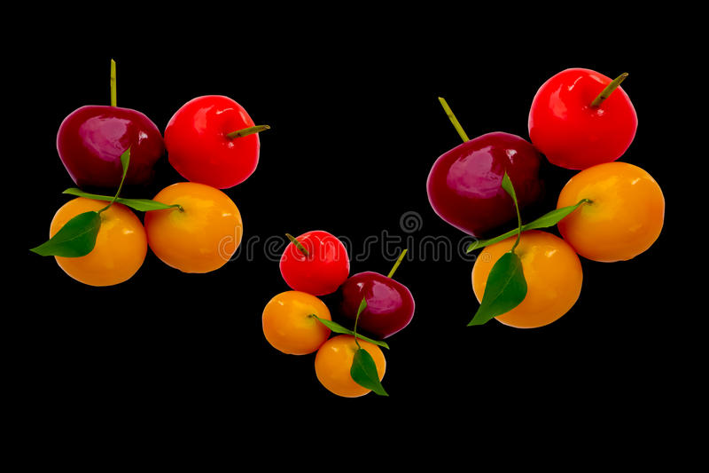 Bocados de la fruta en fondo negro el postre tailandés llamó L fotos de archivo