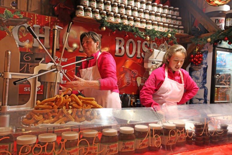 Bocados franceses en café de la calle París, mercado de la Navidad foto de archivo libre de regalías