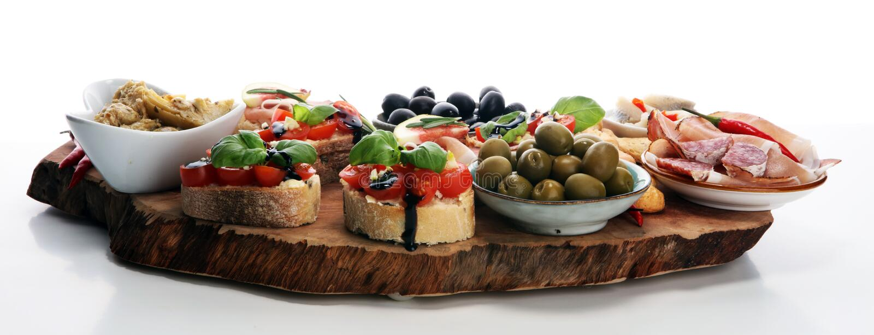 Bocados italianos del vino de los antipasti fijados Variedad del queso, aceitunas mediterráneas, salmueras, di Parma, tomates, al foto de archivo libre de regalías