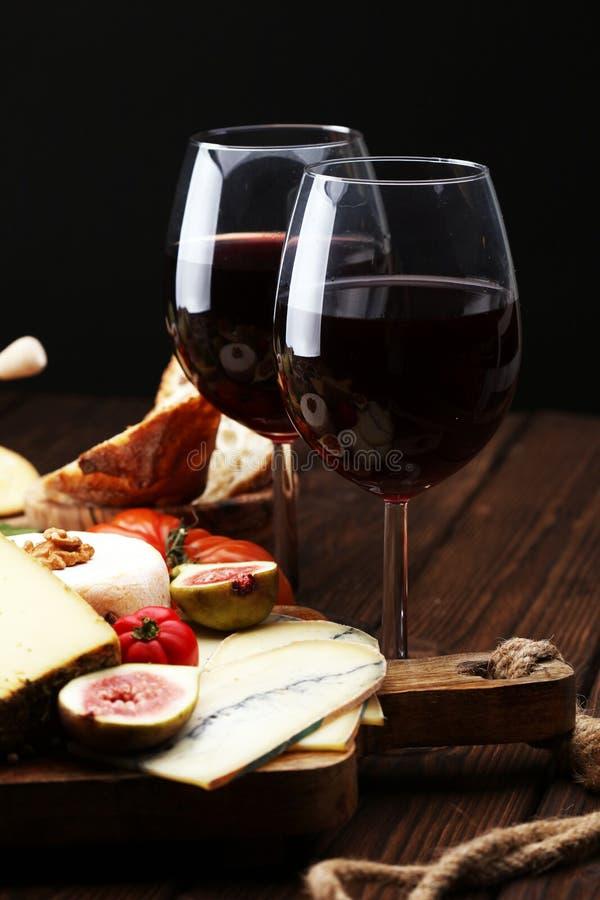 Bocados italianos del vino de los antipasti fijados Variedad del queso, mediterránea imagen de archivo