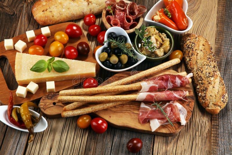 Bocados italianos del vino de los antipasti fijados Variedad del queso, mediterránea imagen de archivo libre de regalías