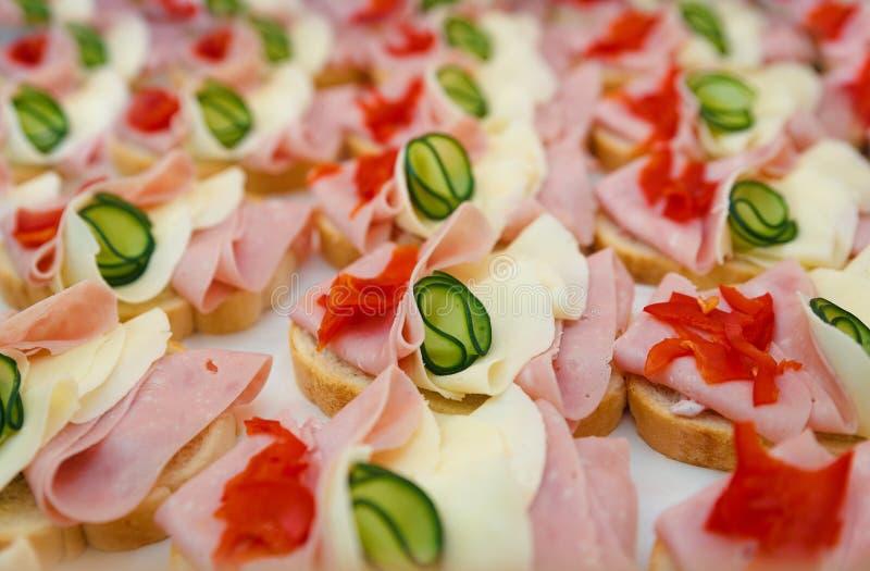 Bocados maravillosamente adornado, de la comida y aperitivos con el bocadillo, en la celebración del partido o de la boda imagen de archivo libre de regalías