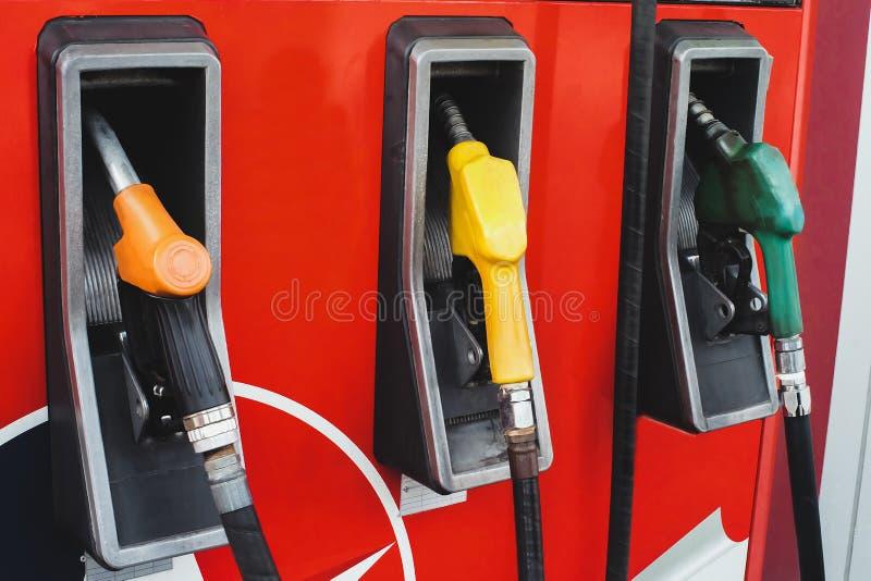 Bocais da bomba de gás em um posto de gasolina fotos de stock