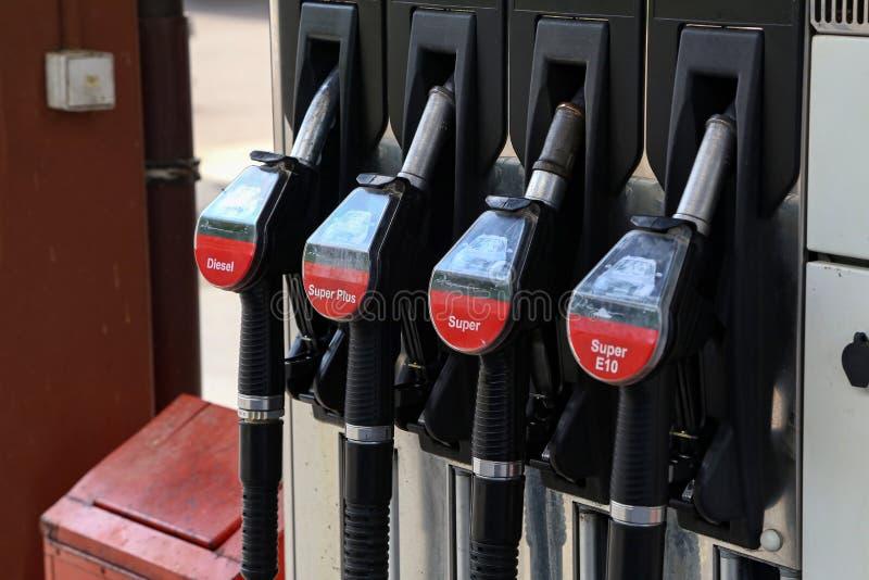 Bocais de combust?vel do close-up na gasolina e no combust?vel diesel imagens de stock royalty free