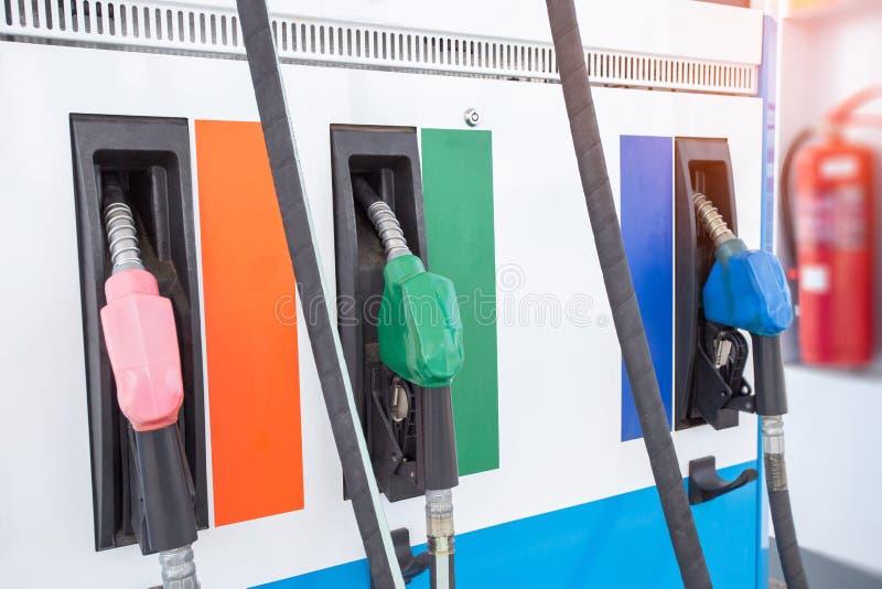 Bocais de enchimento coloridos da bomba de gasolina isolados no fundo branco fotos de stock