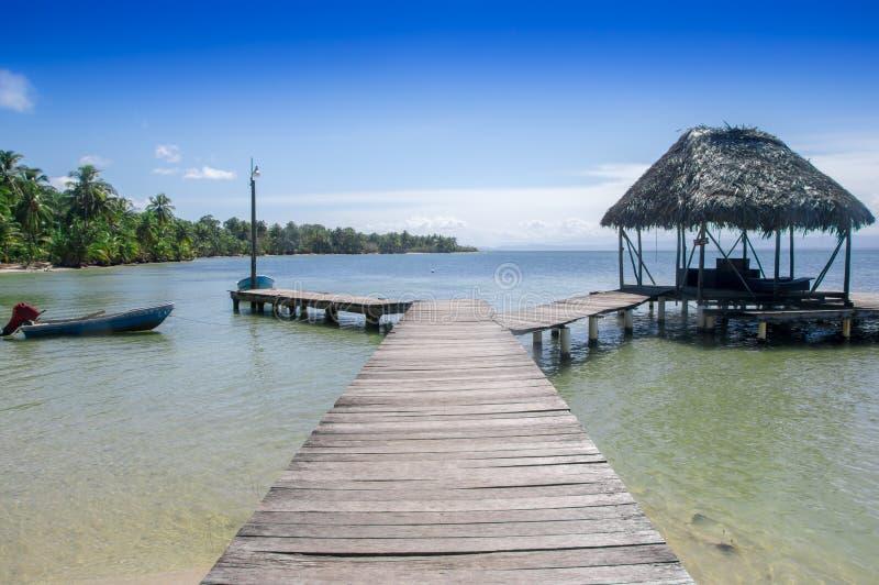 BOCAS DEL TORO, PANAMÁ - 20 DE ABRIL DE 2018: La vista al aire libre del embarcadero de madera con una choza situada en pescados  imagenes de archivo
