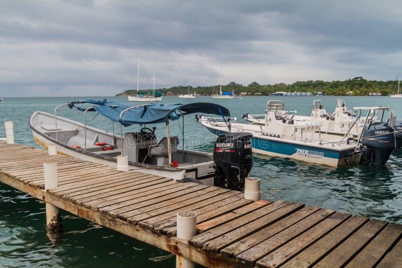 BOCAS DEL TORO, PANAMÁ - 20 DE MAIO DE 2016: Cais e barcos de madeira no reboque de Toro do del de Bocas imagens de stock royalty free