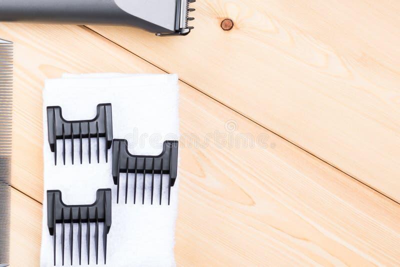 Bocas para diversas longitudes del pelo en un tablero de madera fotografía de archivo libre de regalías