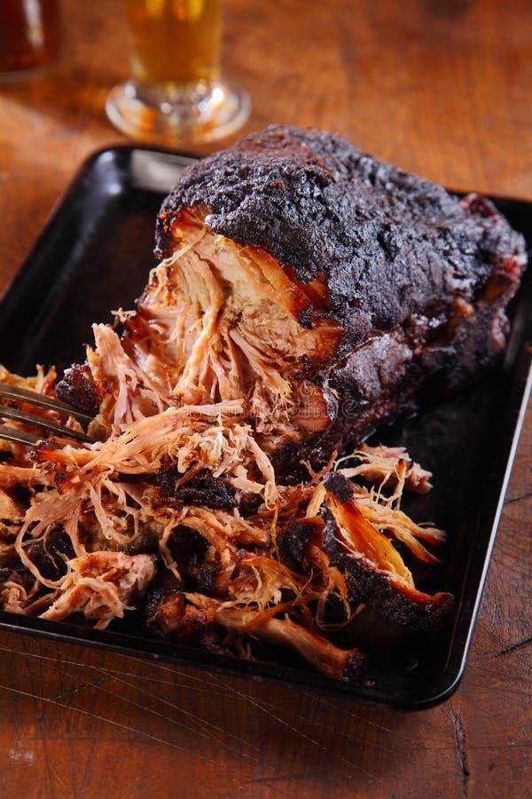 Bocca che innaffia carne di maiale tirata sul vassoio nero fotografia stock libera da diritti