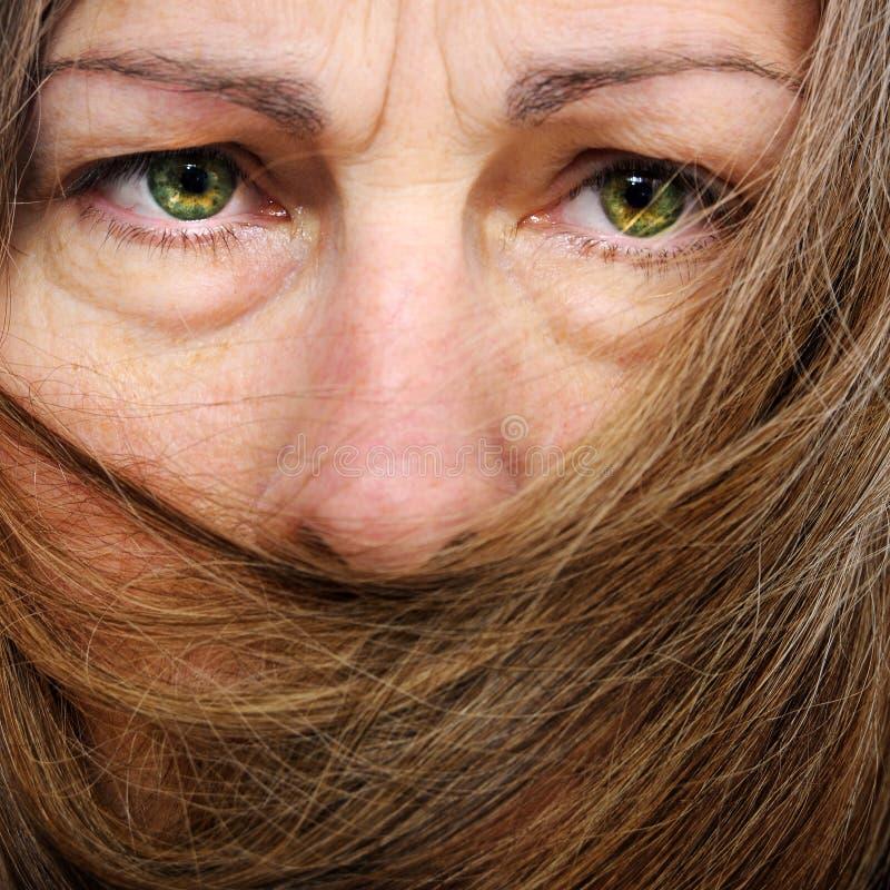 Bocca della copertura dei capelli sulla donna immagine stock