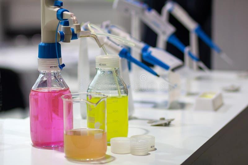 Boccette con di una soluzione colorata multi sulla tavola in un laboratorio medico immagini stock libere da diritti