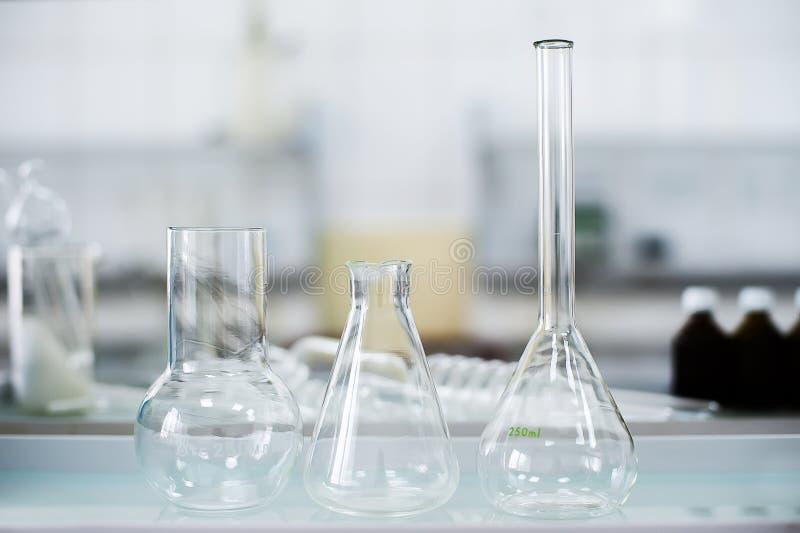 Boccette vuote Attrezzatura di analisi del laboratorio Laboratorio chimico, prova-tubi della cristalleria fotografie stock