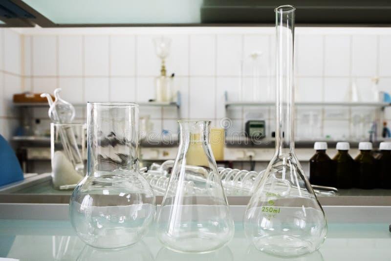 Boccette vuote Attrezzatura di analisi del laboratorio Laboratorio chimico, prova-tubi della cristalleria fotografie stock libere da diritti