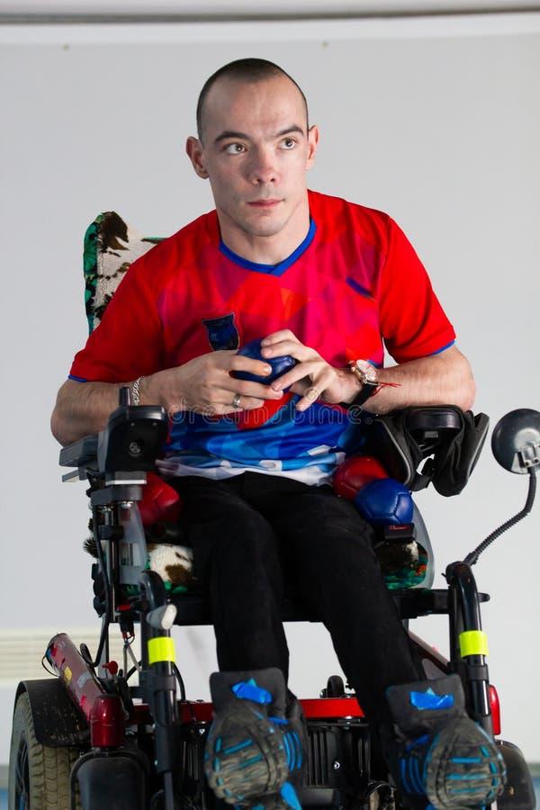 Boccia 坐在轮椅的一个残疾运动员人 库存图片
