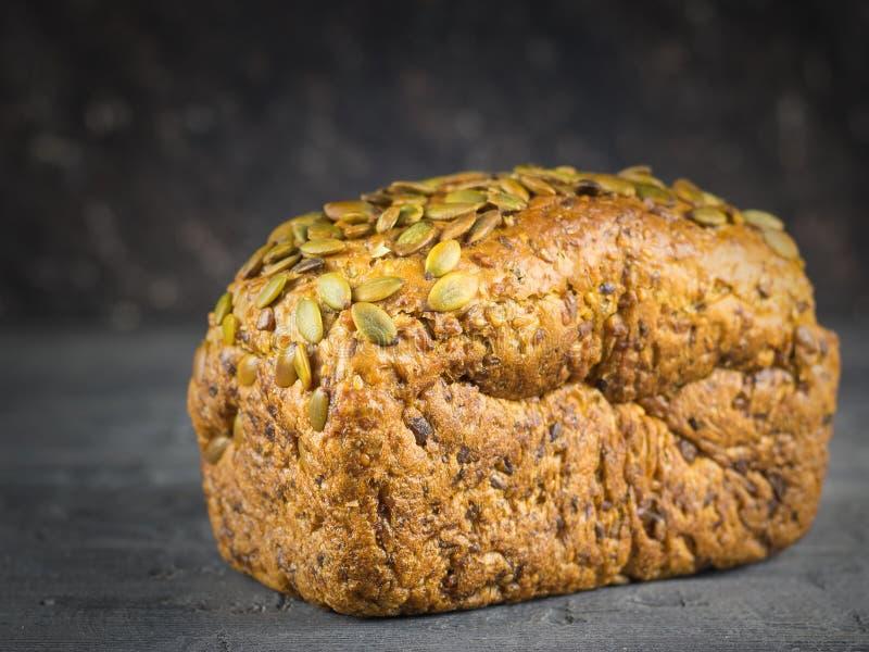 Bochenek adra chleb na czarnym wieśniaka stole, obraz stock