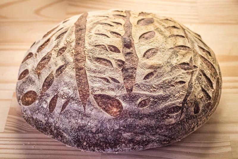 Bochenek artisanal nieociosany chleb zdjęcia royalty free