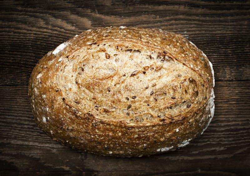Bochenek multigrain rzemieślnika chleb zdjęcie stock
