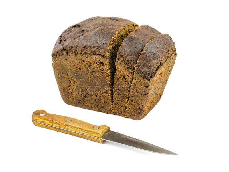 Bochenek prostacki mąka chleb z nożem odizolowywającym na białym tle fotografia stock