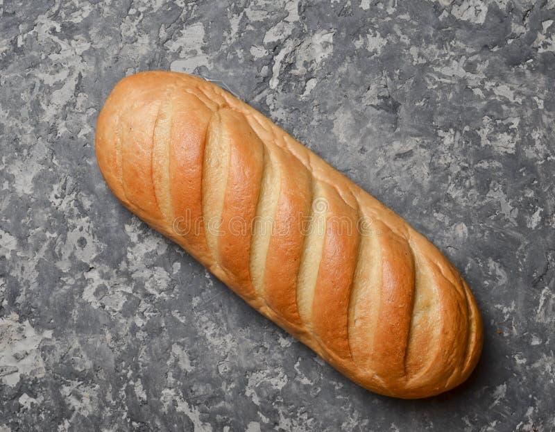 Bochenek pszeniczny chleb na betonowym stole obraz royalty free